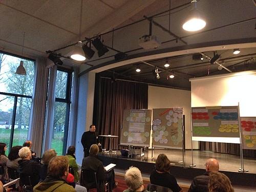 Dr. Daniel Trepsdorf fasst im Plenum die Arbeitsergebnisse aus dem Workshop